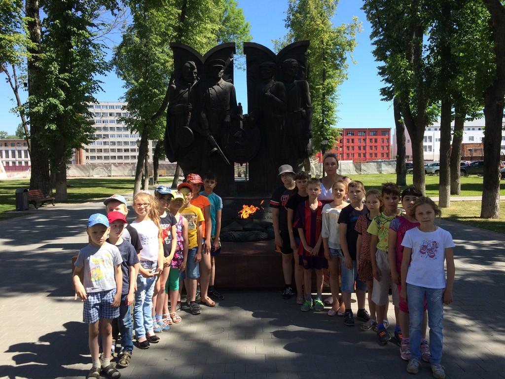 1-otryad-s-vospitatelyami-sovershil-progulku-v-kremlevskij-skverik